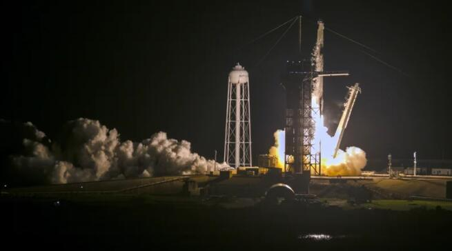 SpaceX工作人员在绕地球运行时健康快乐